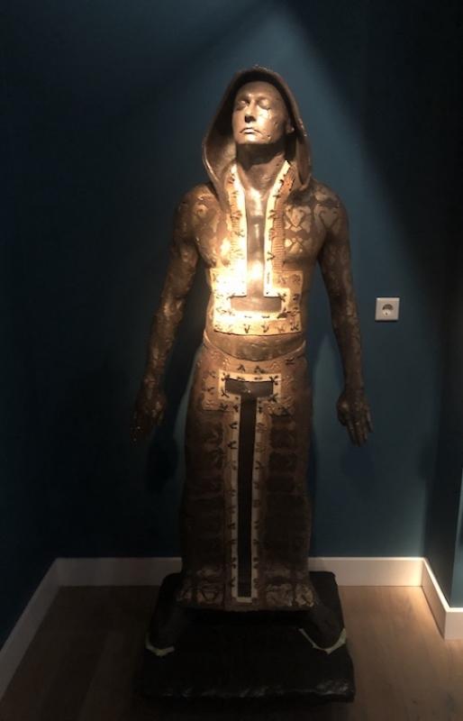 Man (kap handen opzij) (2021) H180 cm, Ceramics, zinc, tin and metal