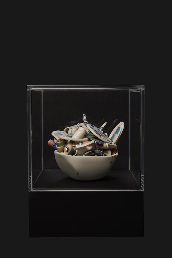Verzameld Geluk 8H (2020) 22 x 17 x 16 cm, Porcelain, stains, gold luster