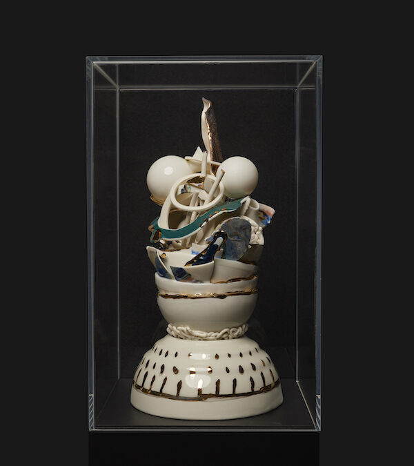 Verzameld Geluk 17Q (2021) 40 x 21 x 21 cm, Porcelain, stains, gold luster